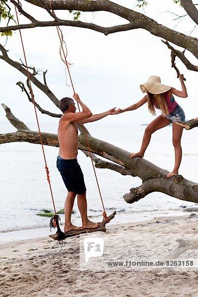 Jugendlicher Strand Menschlicher Vater Tochter spielen