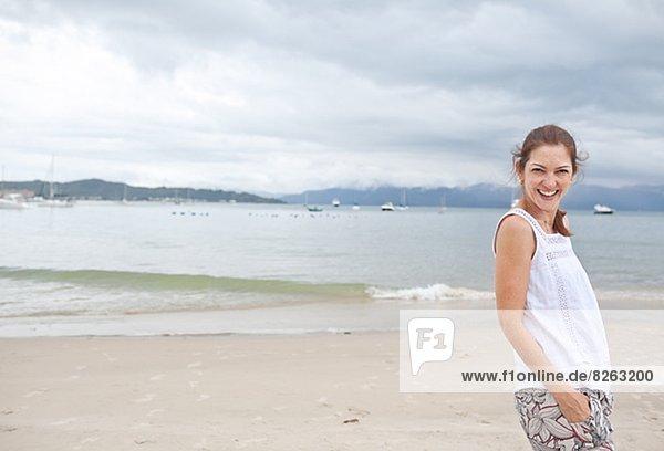 Frau  lächeln  Strand  jung