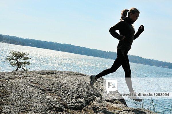Junge Frau gegen einen blauen Himmel  Schweden.