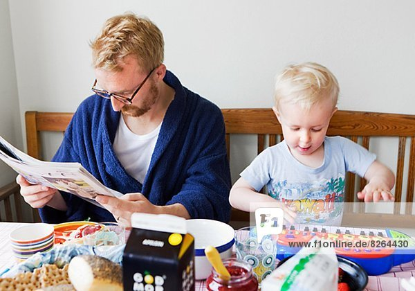 Spiel  Menschlicher Vater  Sohn  weiß  Zeitung  vorlesen