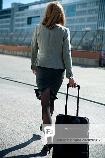 Geschäftsfrau  gehen  Koffer