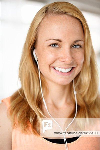 Portrait  Frau  zuhören  Musik  jung