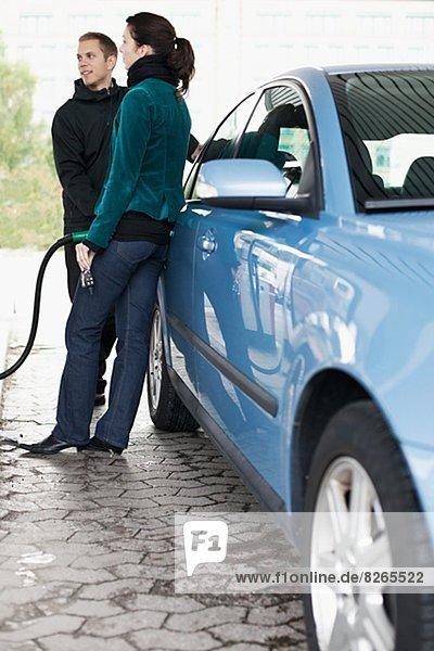 Gas Haltestelle Haltepunkt Station Mann und Frau