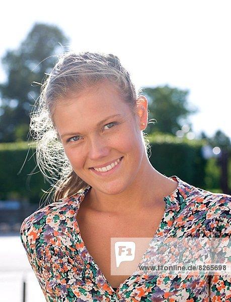 Lächelnde junge Frau  Porträt