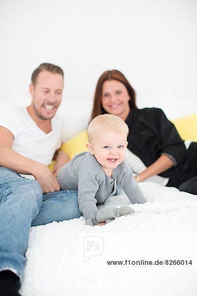 Fröhlichkeit  Spiel  Sohn  Menschliche Eltern  Bett