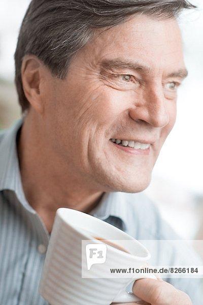 Mann  lächeln  reifer Erwachsene  reife Erwachsene  trinken  Kaffee
