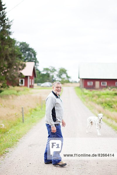 Senior Senioren gehen Fernverkehrsstraße Hund Bauer