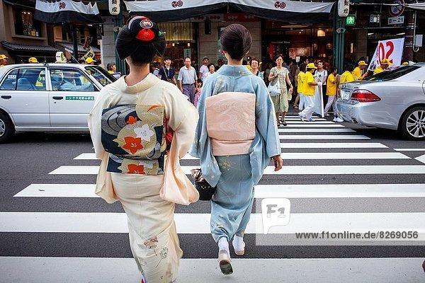 Geisha and ´maiko´ (geisha apprentice) in Shijo dori street.geisha´s distric of Gion .
