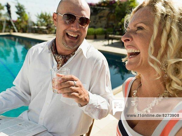 Frau Mann Fröhlichkeit Schönheit Getränk jung Schwimmbad San Diego Seitenansicht