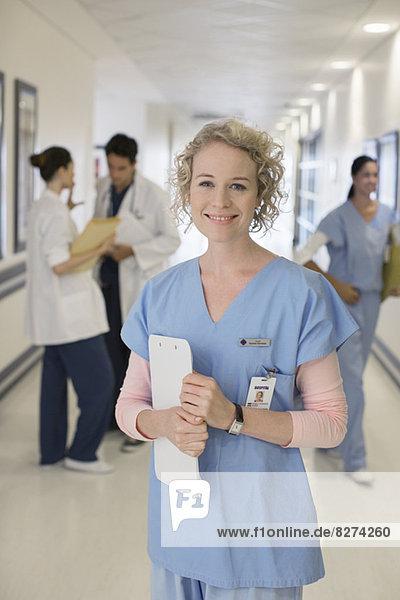 Porträt der lächelnden Krankenschwester im Krankenhausflur