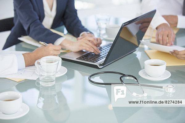 Geschäftsleute und Ärzte im Gespräch