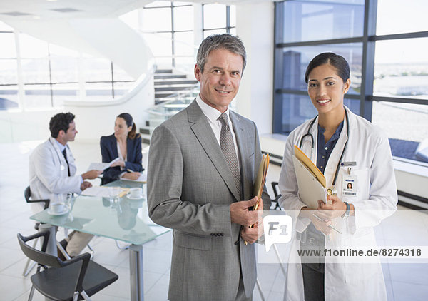 Porträt eines lächelnden Geschäftsmannes und Arztes im Gespräch