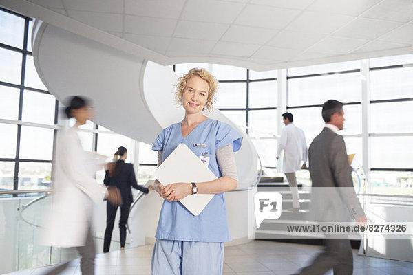 Porträt der lächelnden Krankenschwester im Krankenhaus