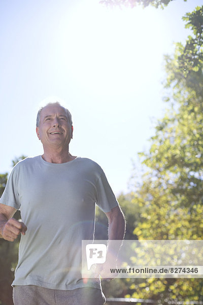 Älterer Mann  der im Freien läuft