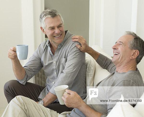 Senioren genießen eine Tasse Kaffee