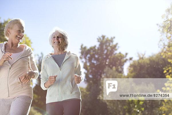 Seniorinnen  die im Freien laufen