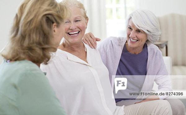 Seniorinnen im Gespräch auf dem Sofa