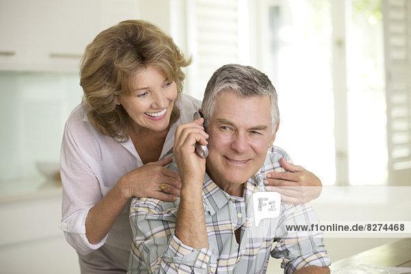Seniorenpaar im Telefongespräch