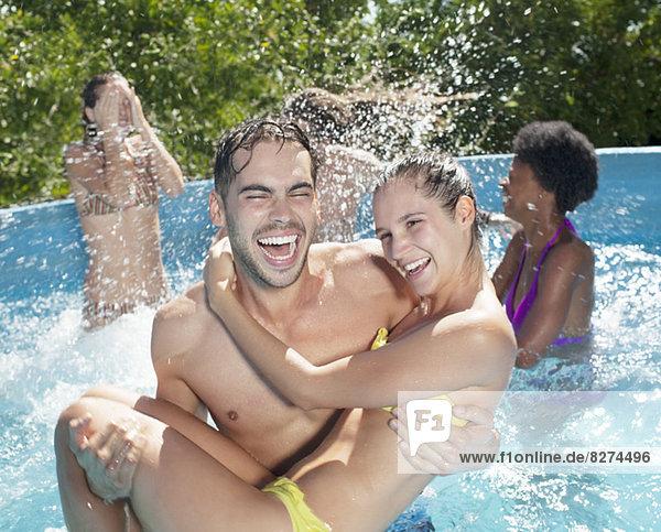 Pärchen spielen im Schwimmbad