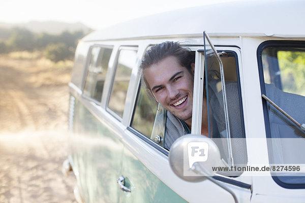 Mann fährt Wohnmobil auf Feldweg