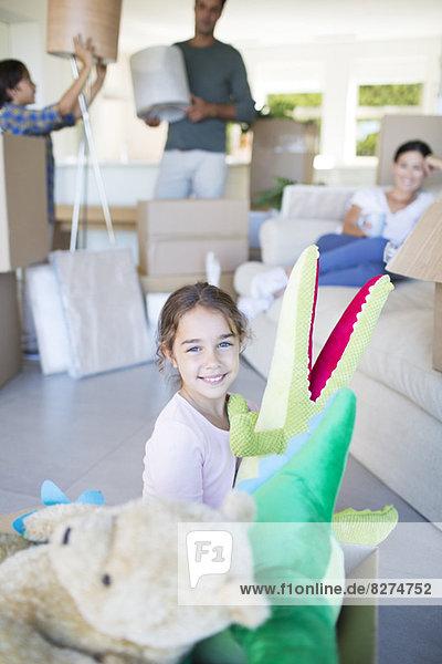 Mädchen spielt mit Plüschtieren im neuen Haus