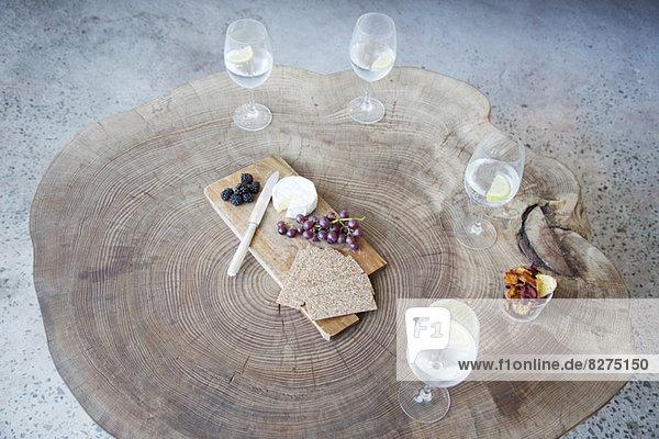Obst  Käse und Wein auf dem Holztisch