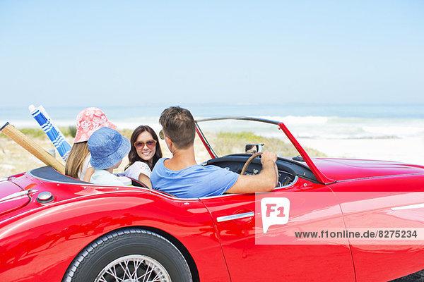 Familie fährt Cabriolet zum Strand