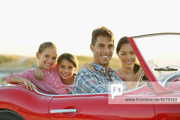 Familie im Cabrio zusammen