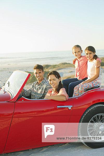 Familie im Cabrio am Strand