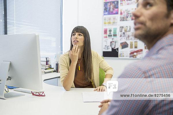 Geschäftsleute am Schreibtisch im Büro