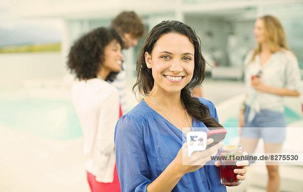 Frau mit Handy auf der Party