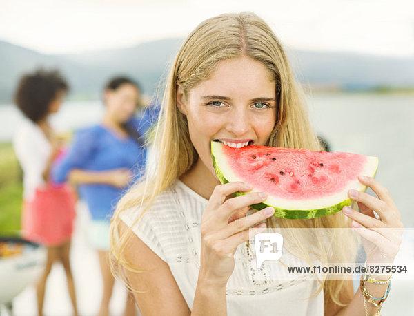 Porträt einer Frau  die Wassermelone im Freien isst