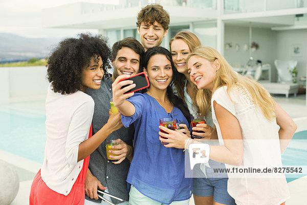 Freunde beim gemeinsamen Fotografieren auf der Party