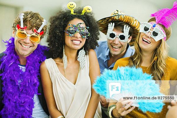 Lächelnde Freunde mit alberner Brille