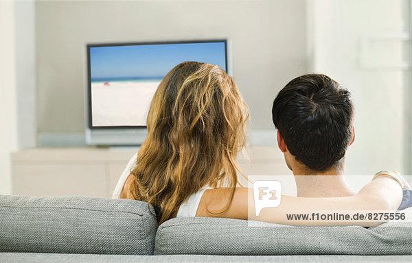 Paar beim Fernsehen auf dem Sofa
