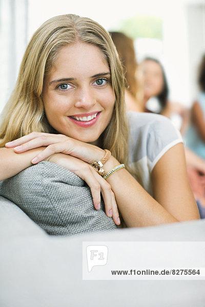 Porträt einer lächelnden Frau auf dem Sofa
