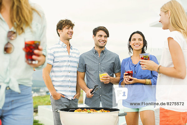 Freunde genießen Getränke beim Grillen