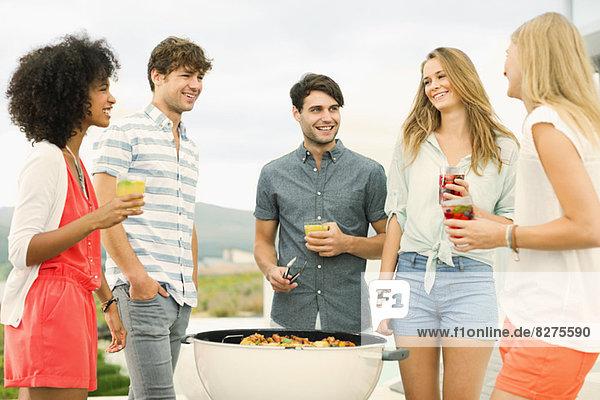 Freunde im Gespräch beim Grillen