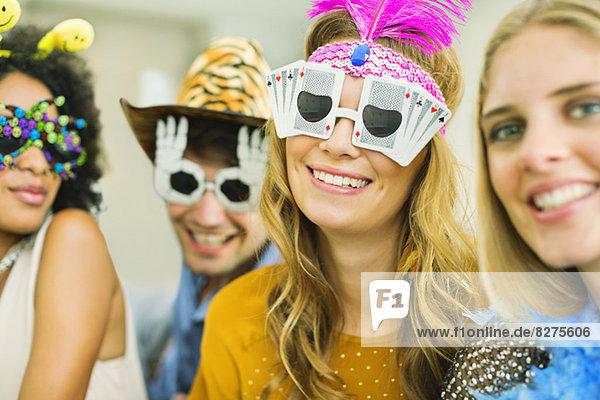 Freunde mit dekorativer Brille auf der Party