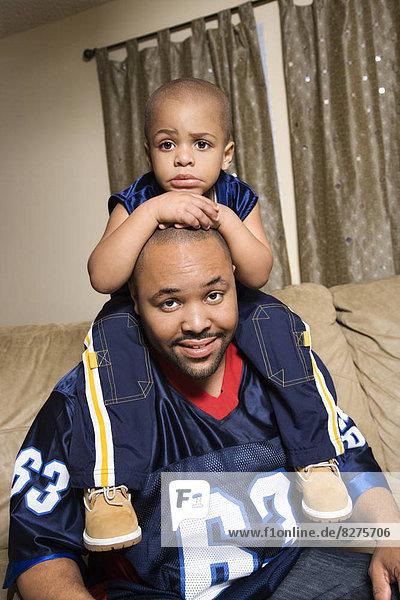 Portrait  Afroamerikaner  Menschlicher Vater  Sohn  Menschliche Schulter  Schultern