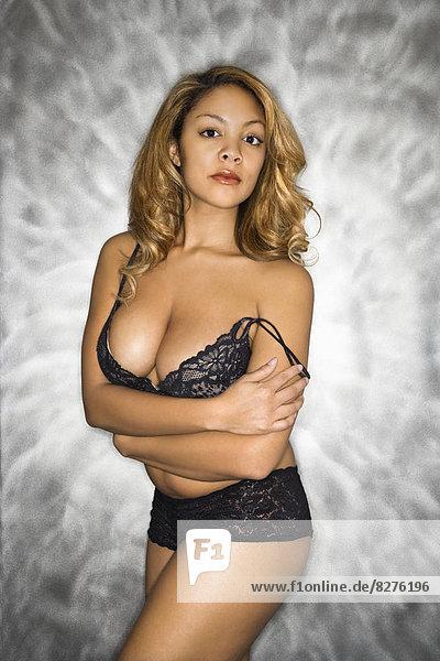 stehend  Portrait  Frau  schwarz  Hintergrund  Unterwäsche  Silber  hübsch