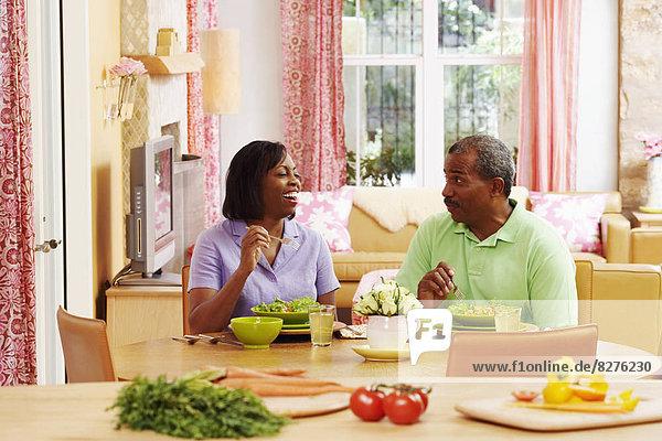 sprechen  Salat  reifer Erwachsene  reife Erwachsene  essen  essend  isst