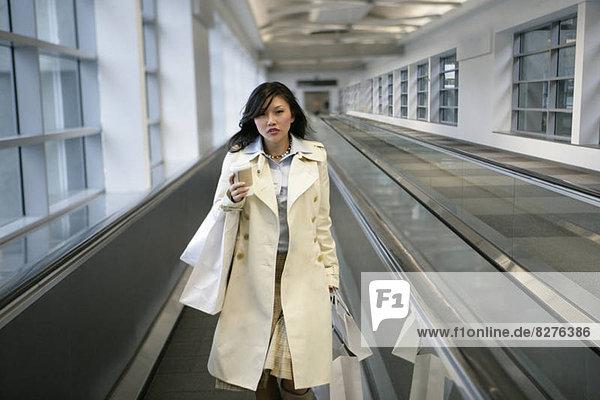 Förderband nahe stehend junge Frau junge Frauen Fließband Fertigungsstraße