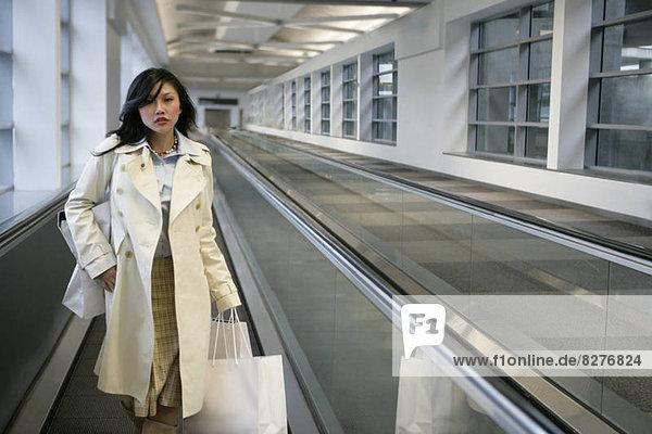 junge Frau junge Frauen gehen Fließband Fertigungsstraße Gürtel