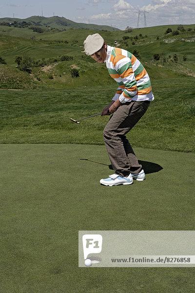 Ansicht eines Mannes Golf zu spielen.