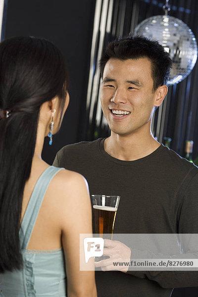 Frau  Mann  sprechen  Nachtklub  Bier