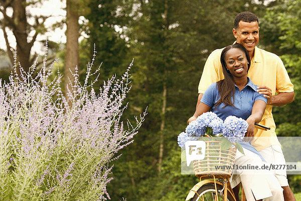 Portrait  Frau  Mann  tragen  reifer Erwachsene  reife Erwachsene  Mittelpunkt  Fahrrad  Rad  Erwachsener