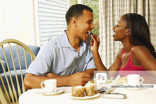 Frau  Mann  Frucht  reifer Erwachsene  reife Erwachsene  Mittelpunkt  Tisch  Erwachsener  Frühstück  füttern