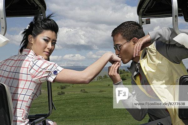 Blick auf ein Mann eine Frau auf ihrer Hand zu küssen.