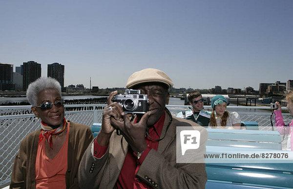 Passagiere an Bord eines Bootes aufnehmen von Bildern